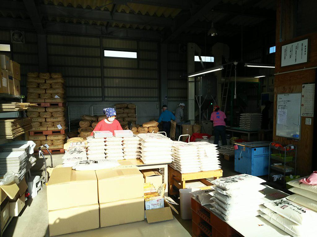 精米所の梱包作業