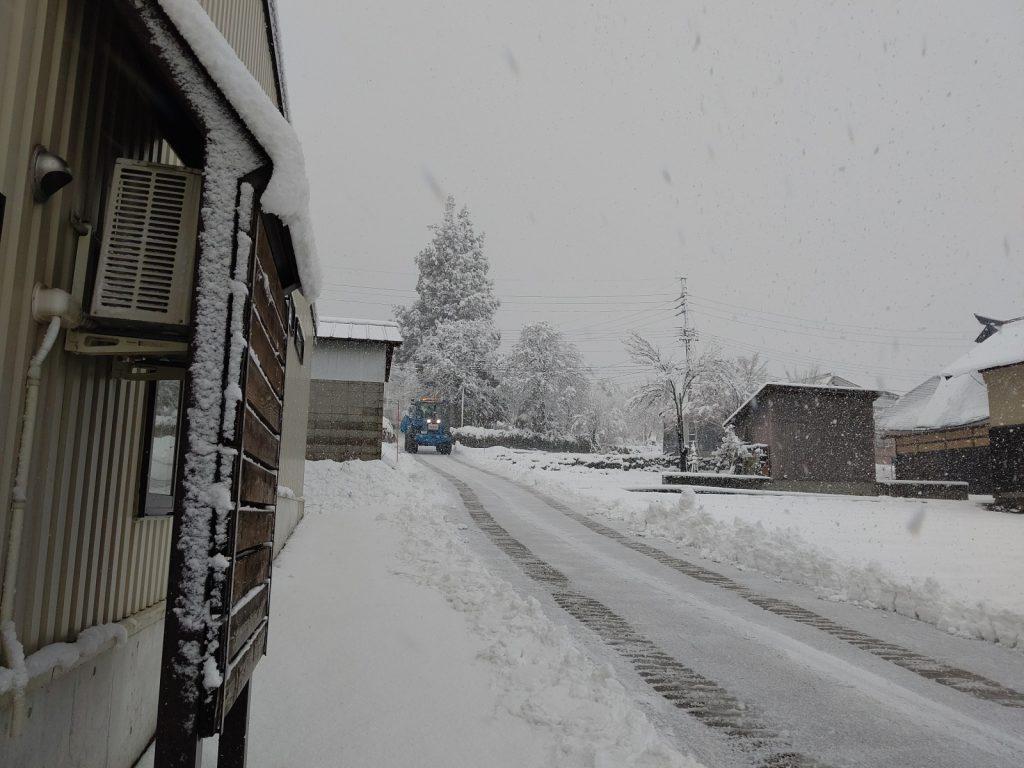 精米所脇の雪道