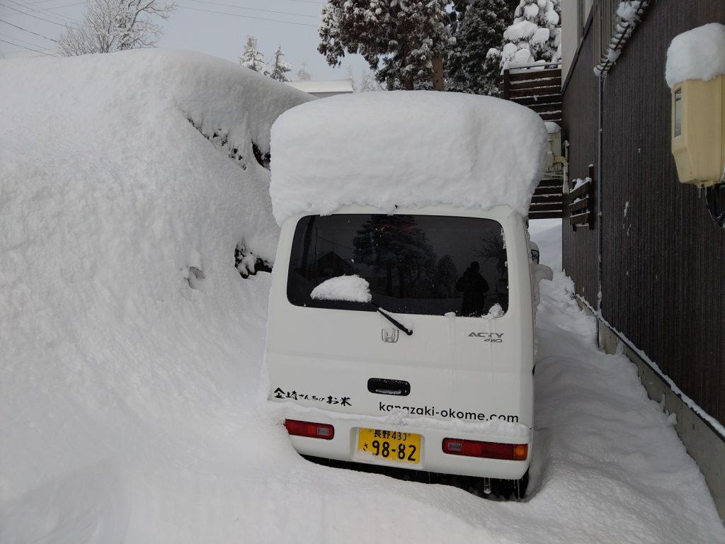 雪に埋もれた軽バン